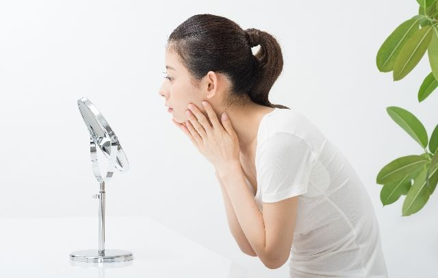 肌の老化を心配する女性の写真